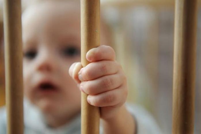 România blestemată! Aproape 10.000 de copii au fost ABANDONAŢI de părinţi în ultimul an