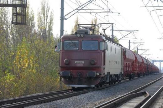 Circulaţia feroviară e întreruptă în zona localităţii clujene Negreni după ce un tir s-a răsturnat