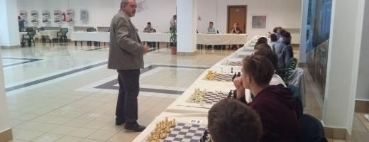 În deschiderea festivalului de la Cluj, marele maestru internațional Constantin Ionescu a făcut un simultan cu tinerii șahiști clujeni