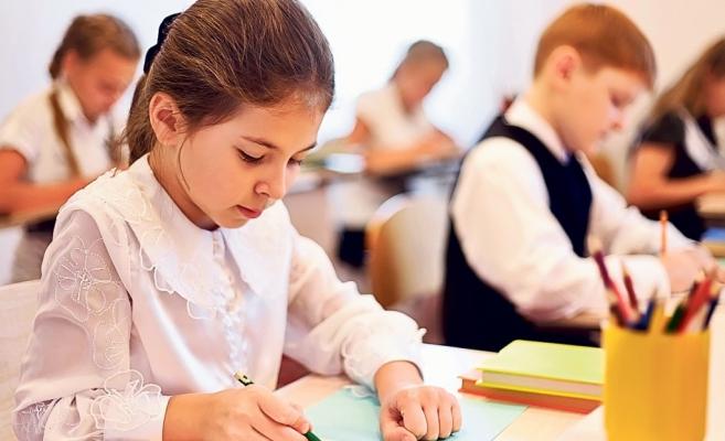 Manualele pentru cinci discipline din  clasa a V-a, livrate până la 11 octombrie