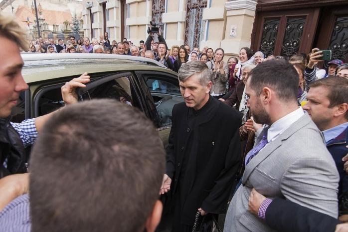 Cristian Pomohaci încearcă azi să îi convingă pe reprezentanţii Mitropoliei Ardealului că poate rămâne preot