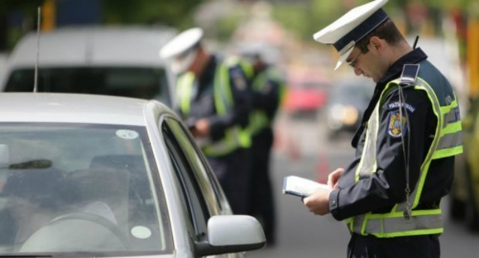 Un vitezoman fără permis a încercat să fugă de poliţişti