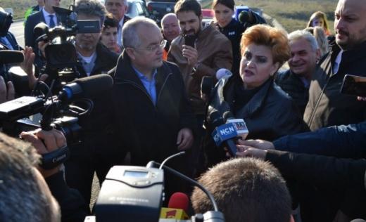 În cadrul vizitei de la Pata Rât, în lipsa lui Tişe, ministrul Mediului Graţiela Gavrilescu a pus tunurile pe primarul Emil Boc
