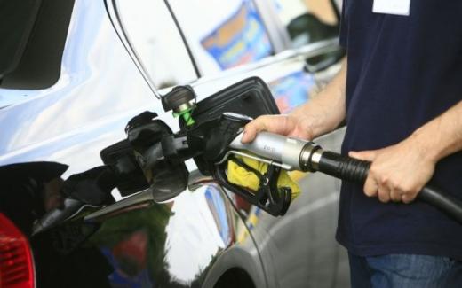 Vânzările de carburanţi au scăzut cu aproape 10% în luna în care au crescut accizele