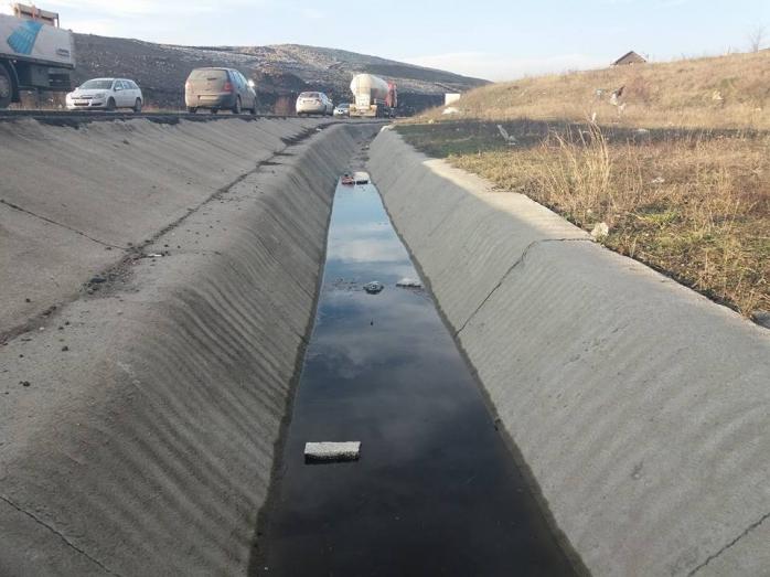 Barajul de gunoi a cedat, iar levigatul curge către Someş  sursa foto FacebookSzakáts István