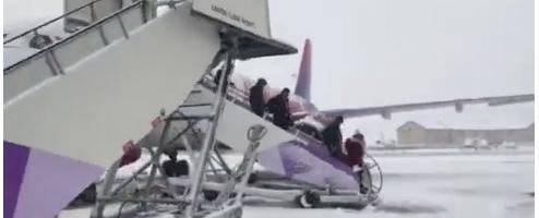 Aeroportul Luton din Londra, ÎNCHIS din cauza vremii: Zboruri către Bucureşti şi Cluj, ANULATE, iar zeci de români sunt blocaţi captura video Facebook Dale Vasile