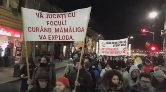 """Protest împotriva Guvernului, cu linguri şi oale, la Cluj: """"Să se audă până la Bucureşti""""  captura video Facebook Emanuel Ungureanu"""