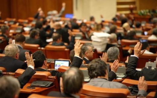 Deputaţii au votat altă facilitate pentru demnitari: Liber la afaceri pe persoană fizică.