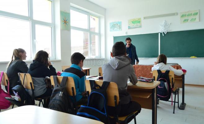 Elevii de clasa a cincea și a șasea participă la aceeași oră de engleză