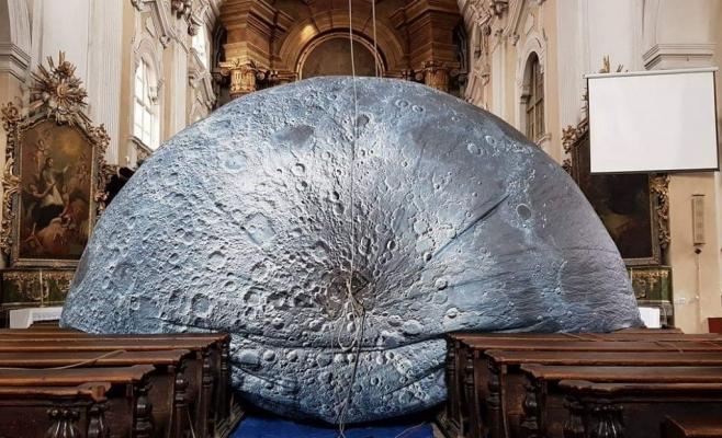 Luna lui Luke Jerram a atras mii de curiosi in Biserica Piaristilor. Foto: Facebook/andi.daiszler