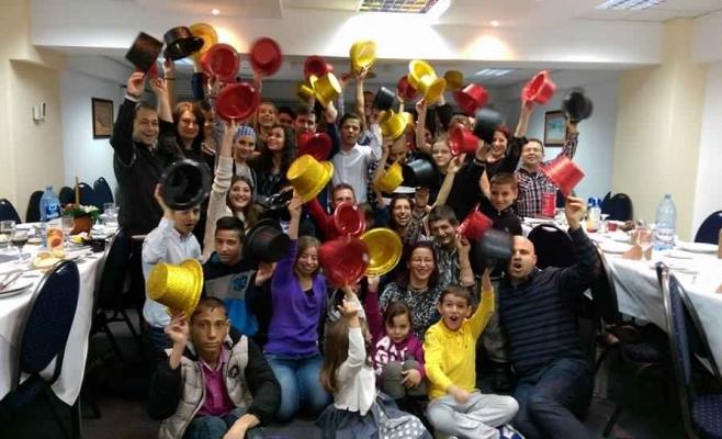 O fotografie de grup cu participantii la editia din 2015 a taberei pentru tinerii si copiii dependenti de dializa, organizata de Asociatia pentru Solidaritate si Empatie Delia Gradinaru, la fiecare sfarsit de an, la Univers T