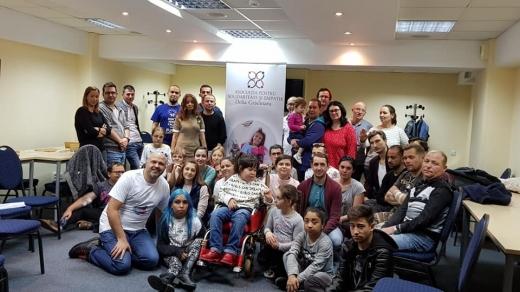 Emanuel Ungureanu, alaturi de tinerii participanti la Tabara dedicata dializatilor si transplantatilor, organizata de Asociatia pentru Solidaritate si Empatie Delia Gradinaru