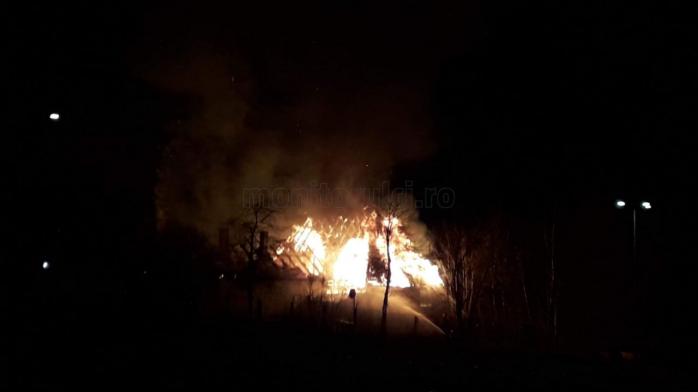 Incendiu la un acoperis pe strada Taietura Turcului