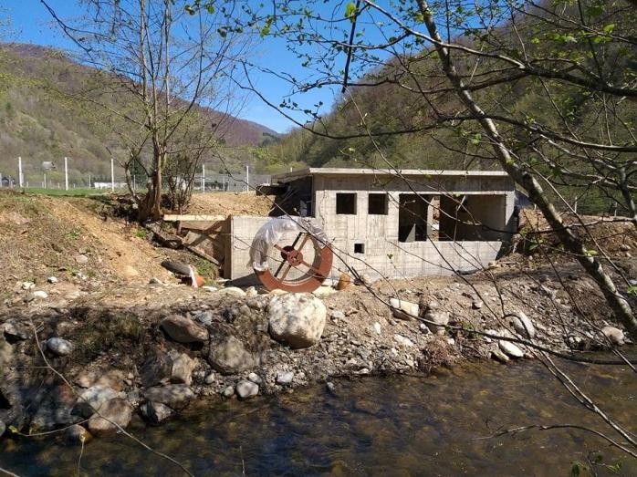 În albia râului Someșul Cald, s-a construit o microhidrocentrală