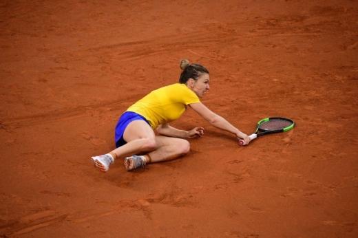 Simona Halep, la pământ în meciul cu Franța din Fed Cup