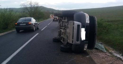 un SUV a ajuns cu roțile în sus la Deușu, Cluj