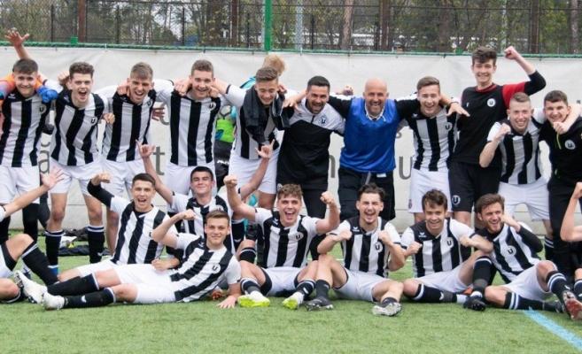 Jucătorii de la Universitatea Cluj sărbătorind un rezultat favorabil