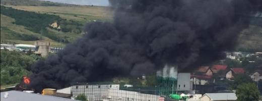PANICĂ pe strada Bărc! Mai mult mașini parcate într-o clădire au fost cuprinse de flăcări