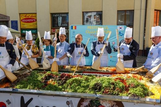 Două decenii de parteneriat între Cluj-Napoca și Suwon. Boc și Tarcea, cu lopata de bibimbap