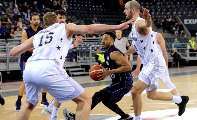 Brandyn Curry în duel cu baschetbaliștii de la U-BT Cluj
