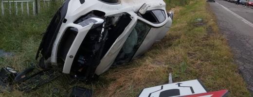 FOTO Accident ÎNSPĂIMÂNTĂTOR la Căpușu Mare: o mașină și remorca unui TIR, răsturnate