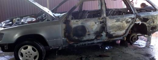 Panică la Mintiu Gherlii: o mașină a ars ca o torță la service