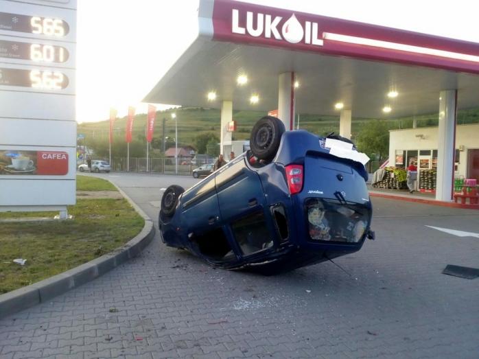 Accident bizar la Vâlcele: s-a speriat de un alt șofer și s-a răsturnat în fața unei benzinării