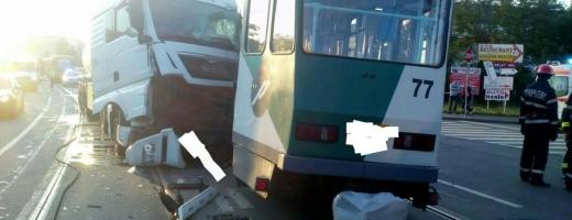 La un pas de tragedie pe Bulevardul Muncii! Accident între un tramvai și un TIR care transporta motorină