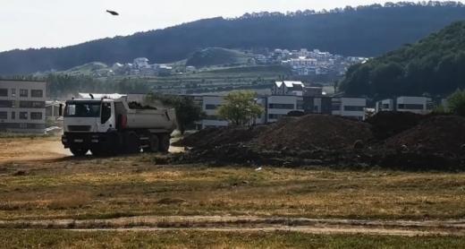 """Rampă improvizată de pământ la Florești? """"Înmormântarea spațiului verde – Horia Șulea & Company"""""""