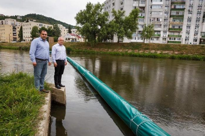 Un nou baraj plutitor pe Someș la intrarea în oraș. Când va fi rupt de gunoaiele din amonte?