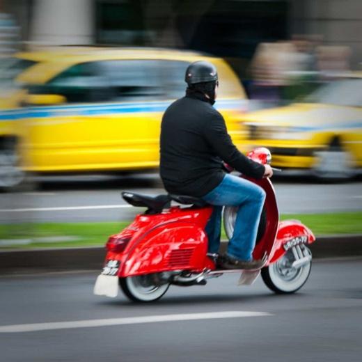 Rupt de beat și fără permis, se plimba vesel cu mopedul în inima Clujului