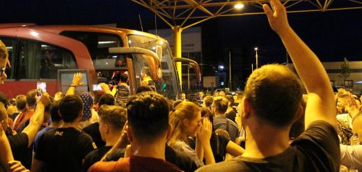 """NEBUNIE la Aeroport la revenirea EROILOR de la Glasgow! Petrescu și echipa, ovaționați de zeci de """"feroviari"""""""