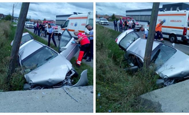 Grav accident la Iclod, o femeie s-a înfipt cu mașina într-un cap de pod