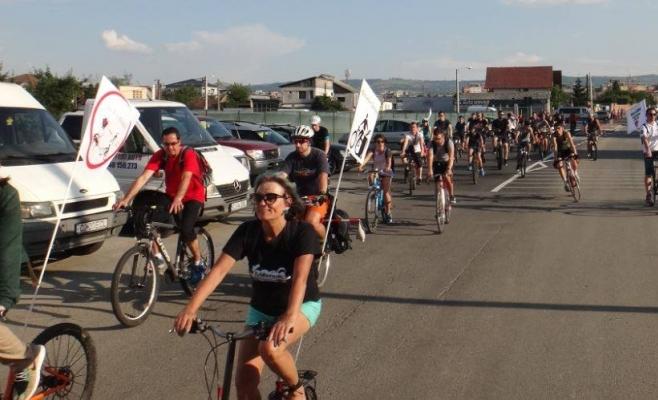 """Nemulțumiți de condiții, bicicliștii clujeni pornesc într-un nou marș: """"Facem apel public la boicotarea pseudo-pistelor realizate de Primărie!"""""""