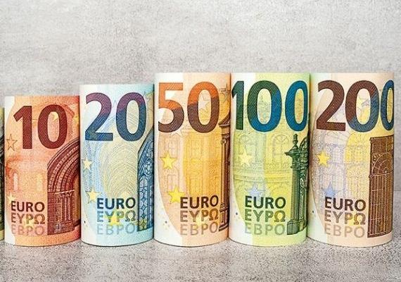 ANALIZĂ După două săptămâni, euro revine la 4,73 lei, dolarul e la 4,26 lei