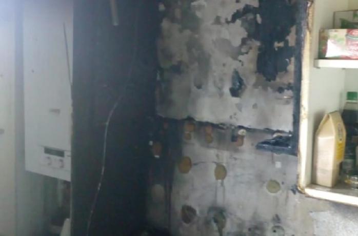 O mămică și copilașul ei de doar 11 luni, evacuate dintr-un apartament în flăcări în Florești!