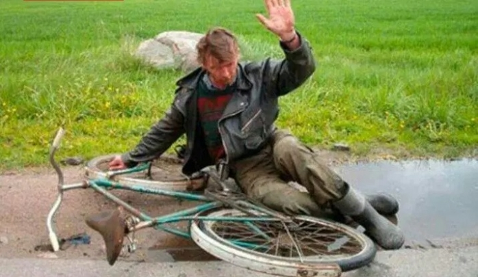 Rupt de beat, s-a urcat pe bicicletă și a căzut pe oglinda unei autoutilitare