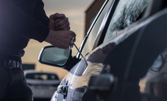 Tânăr din Mureș, arestat după o spargere de 3.000 € dintr-o mașină parcată pe str. Sarmizegetusa