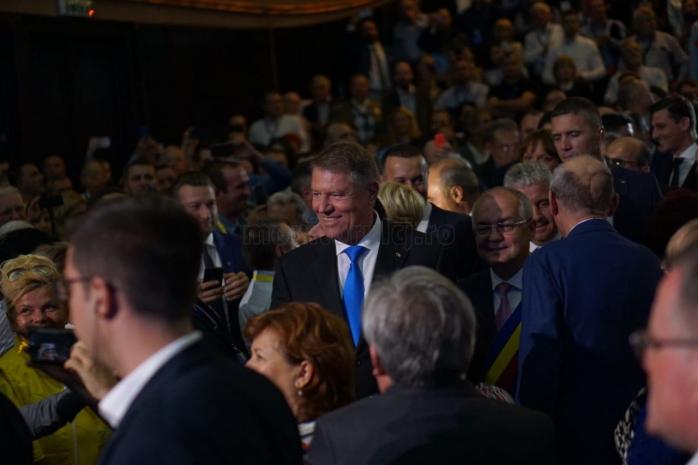 Iohannis a fost primit cu aplauze de susţinătorii PNL în incinta Casei de Cultură a Stundeţilor din Cluj-Napoca, iar numele preşedintelui a fost strigat de zeci de simpatizanţi Foto: Alexandra Sofroni / Monitorul de Cluj