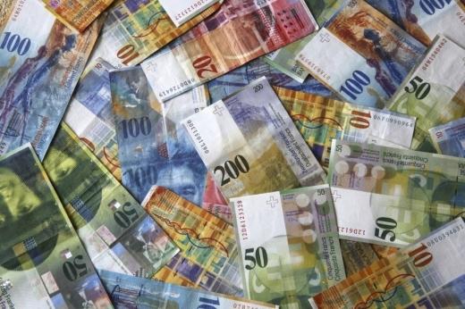 ANALIZĂ Același curs pentru dolar și francul elvețian