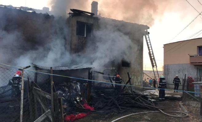 FOTO/VIDEO Panică la Viișoara! Mai multe magazii și acoperișul unui bloc, înghițite de flăcări