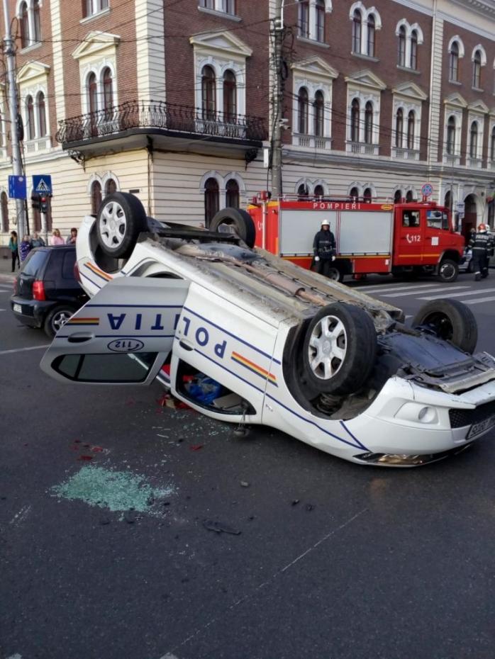 Maşină de poliţie lovită în intersecţia Avram Iancu