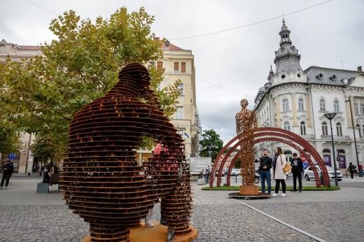 """""""Gânditorul"""" de Cluj-Napoca! Trei opere ale sculptorului clujean Liviu Mocan, amplasate în Piața Unirii"""