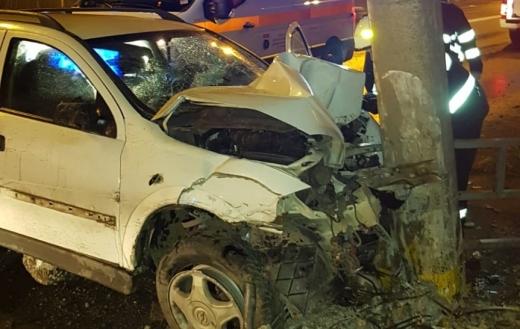 Noaptea accidentelor! Șofer băut, reținut de polițiști după ce s-a oprit cu mașina într-un copac