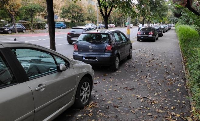 """Banda dedicată din Gheorgheni """"mută"""" mașinile pe trotuar! Primăria, trasă de urechi de un clujean"""
