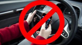 GATA cu telefonul mobil la volan! Fără live-uri, apeluri, SMS-uri și butonarea GPS-ului. Șoferii riscă amenzi ASPRE