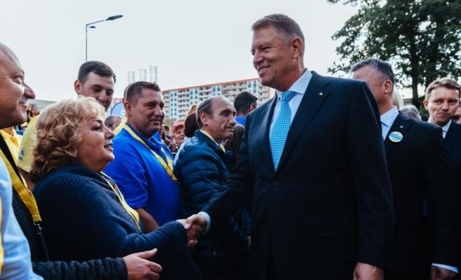 Candidatul PNL la funcția de președinte al României, actualul șef al statului, Klaus Iohannis, printre alegători, la Brașov