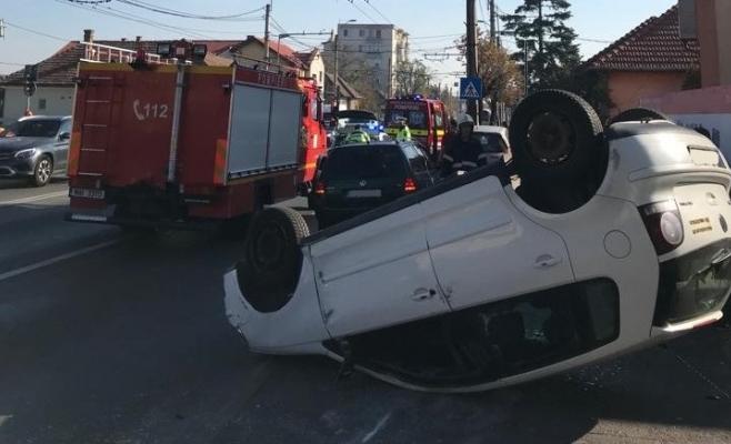 Sperietură zdravănă pe strada Traian Vuia, o mașină a ajuns cu roțile în sus, foto: ISU Cluj
