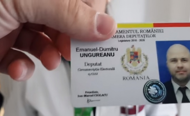 Ungureanu, încolțit de angajații Spitalului Socola din Iași. Deputatul clujean, făcut nebun pentru că dezvăluia condițiile mizere