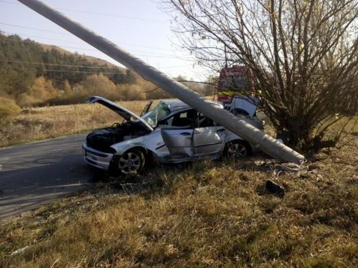 Accident între Stolna şi Luna! Doi bărbaţi au ajuns la spital după ce au intrat cu maşina în stâlp